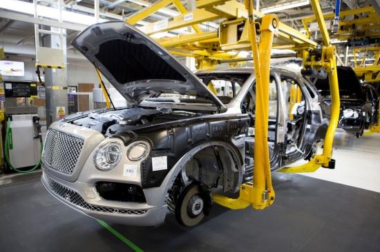 Luksusa auto ir pirmie cietušie no krīzes. Atlaišana Bentley un Aston Martin